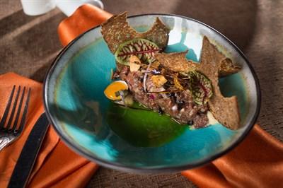 Тартар из телятины, трюфельное масло, копченый чернослив, луковый крем