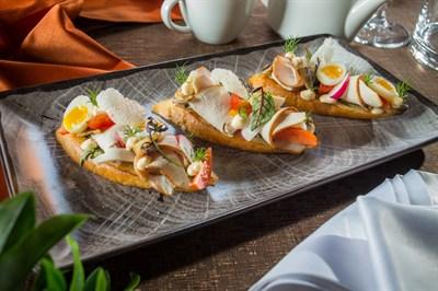 Индейка собственного копчения, французский тост, перепелиное яйцо