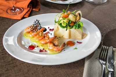Морские жители, тайский соус, авокадо, зеленый микс