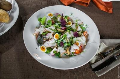 Индейка собственного копчения, перепелиное яйцо, зеленый микс, томаты черри