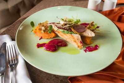 Филе индейки с пюре из копченого батата, с чипсами из топинамбура и свекольного соуса
