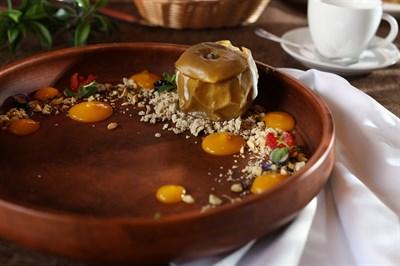 Печеное яблоко с халвой и соусом из манго