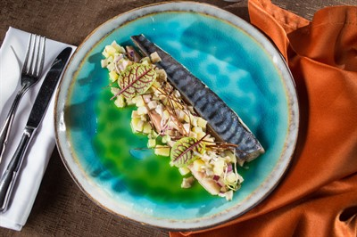 Подкопченная скумбрия, чипсы из лука порей, тартар из груздей