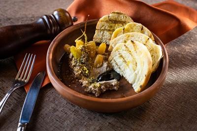 Паштет из перепела, трюфельная паста, пшеничные гренки, бальзамический соус