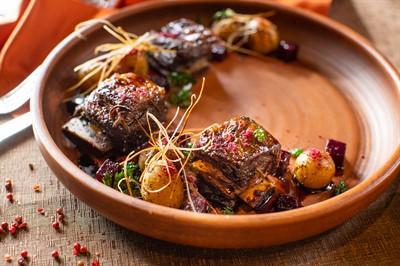 Ребро быка под соусом из кваса, с копченой свеклой и беиби-картофелем.