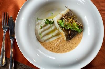Филе палтуса, крем из цветной капусты, соус биск