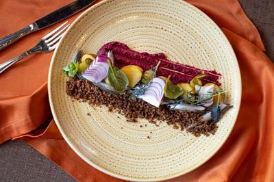 Килька балтийская, крем из копченой свеклы, бейби-картофель